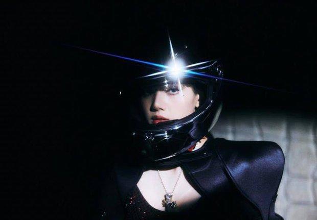Bộ ảnh với nhiều tạo hình chưa được hé lộ trong MV của Lisa: Tự tin vén mái cực độc đáo, nghi sẽ có thêm MV mới? - Ảnh 13.