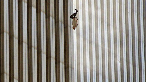 Người đàn ông rơi: Tấm hình ám ảnh cực độ về thảm kịch ngày 11/9 và câu chuyện do nhiếp ảnh gia máu lạnh kể lại - Ảnh 1.