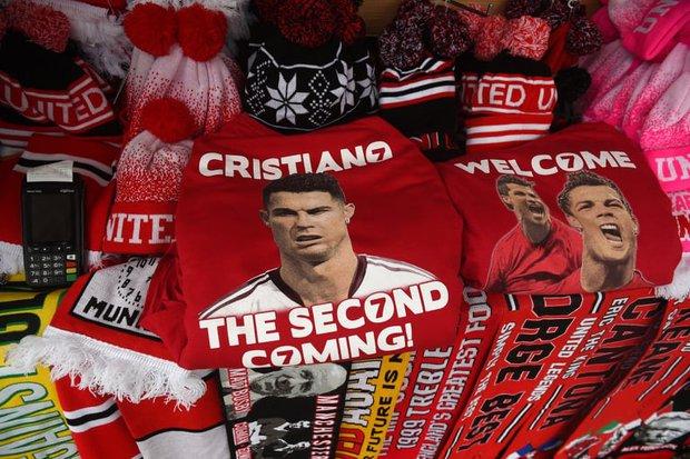 Cơn sốt Ronaldo lên đến đỉnh điểm: Một rừng áo số 7 phủ kín thánh địa Old Trafford, tất cả đều hướng về Ronaldo - Ảnh 2.