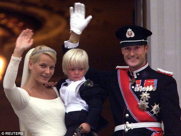 Hơn cả cổ tích: Mối tình vượt mọi định kiến của Thái tử Na Uy với bà mẹ đơn thân làm bồi bàn, quyết xin bỏ ngai vàng nếu không được bên nhau - Ảnh 5.