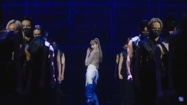 Clip Lisa lần đầu diễn hit solo trên show Mỹ: Thần thái đẳng cấp, nhảy hùng hục còn tóc mái ra sao? - Ảnh 2.