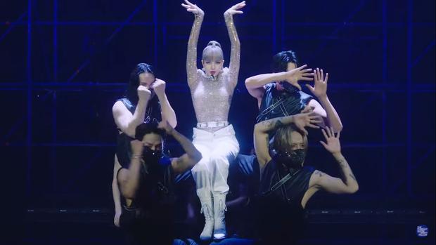 Clip Lisa lần đầu diễn hit solo trên show Mỹ: Thần thái đẳng cấp, nhảy hùng hục còn tóc mái ra sao? - Ảnh 3.