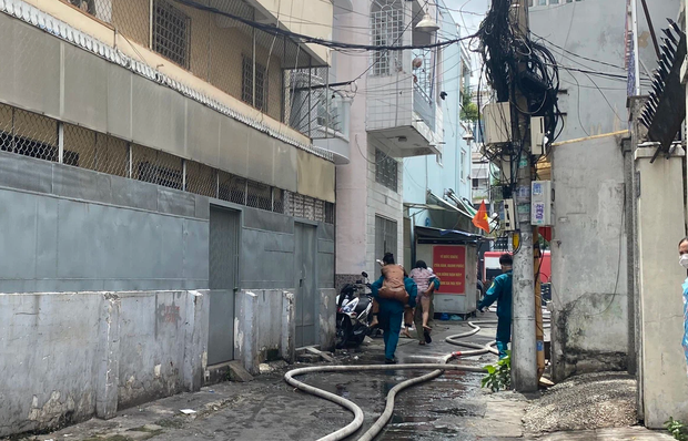 TP.HCM: Nhà 3 tầng cháy dữ dội, 40 người được giải cứu trong tích tắc - Ảnh 3.