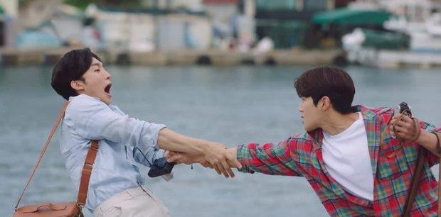 Shin Min Ah cưỡng hôn Kim Seon Ho, hồn nhiên ngủ lại nhà trai đẹp ở Hometown Cha-Cha-Cha tập 5 - Ảnh 4.
