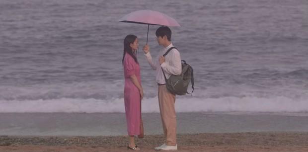 Shin Min Ah cưỡng hôn Kim Seon Ho, hồn nhiên ngủ lại nhà trai đẹp ở Hometown Cha-Cha-Cha tập 5 - Ảnh 7.