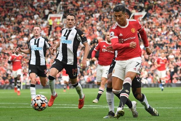 Ronaldo tỏa sáng rực rỡ trong ngày trở về, giúp Man United đè bẹp Newcastle để vươn lên ngôi đầu Ngoại hạng Anh - Ảnh 5.