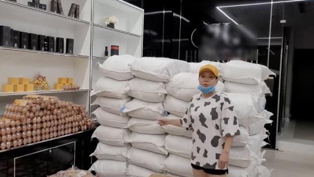 Không kêu gọi quyên góp 1 đồng nào, Việt Hương tiếp tục chi 1 tỷ để làm việc đặc biệt xúc động tặng các bác sĩ tuyến đầu - Ảnh 4.