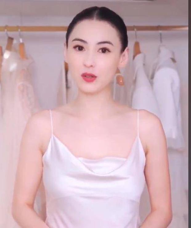 Hiếm lắm mới thấy Trương Bá Chi sexy thế này: Mặc đồ ngủ mỏng tang, trễ nải lộ body mướt mắt, da trắng bật tông như thủy tinh - Ảnh 3.