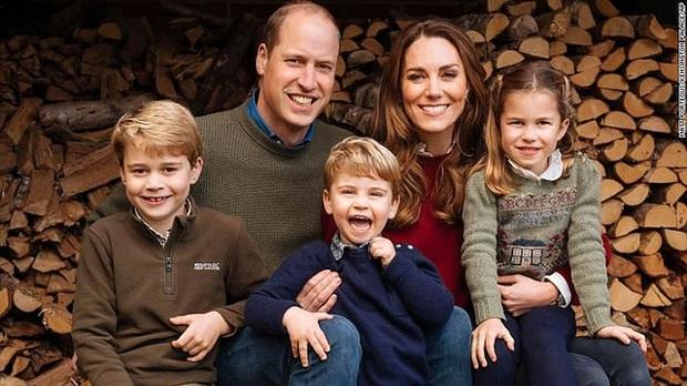 Hành động tinh tế của Công nương Kate dành cho 3 con nhỏ được khen ngợi, ẩn ý đáp trả lời nói của nhà Meghan - Ảnh 1.