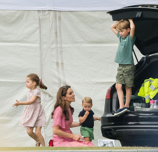 Hành động tinh tế của Công nương Kate dành cho 3 con nhỏ được khen ngợi, ẩn ý đáp trả lời nói của nhà Meghan - Ảnh 2.