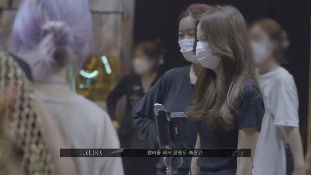 Hậu trường MV của Lisa bị BLACKPINK giật hết spotlight: Jisoo nhí nhố, Rosé phấn khích hơn cả chính chủ, Jennie ở đâu? - Ảnh 12.