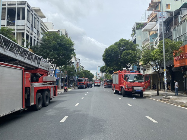 TP.HCM: Nhà 3 tầng cháy dữ dội, 40 người được giải cứu trong tích tắc - Ảnh 1.