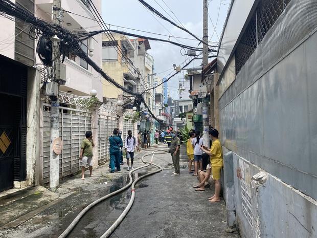 TP.HCM: Nhà 3 tầng cháy dữ dội, 40 người được giải cứu trong tích tắc - Ảnh 4.