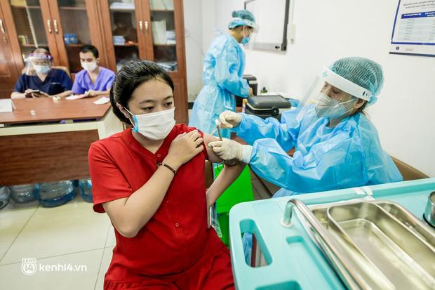 Hà Nội lập kỷ lục mới với hơn 360.000 mũi tiêm vaccine Covid-19 trong một ngày - Ảnh 1.