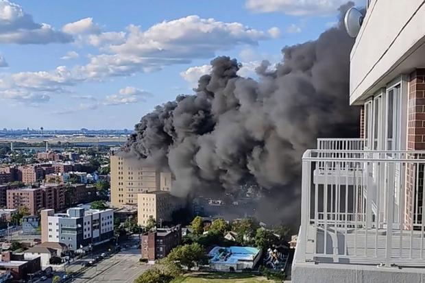 Cháy bệnh viện St. John tại New York (Mỹ) tạo ra cột khói đen cao hàng trăm mét - Ảnh 1.