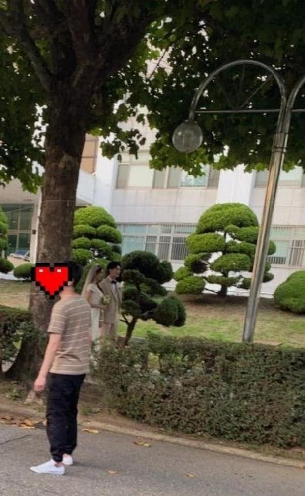 Lộ ảnh cưới Lee Jong Suk - Yoona ở hậu trường phim, hình mờ căm nhưng chưa gì đã xứng đôi quá rồi! - Ảnh 1.