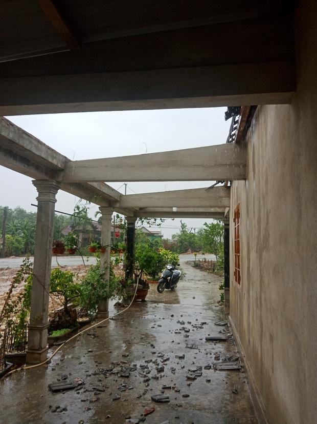 Bão số 5 chưa đổ bộ, nhiều nhà ở Thừa Thiên - Huế đã tốc mái - Ảnh 1.