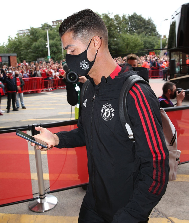 Ronaldo vô tình để lộ mật khẩu điện thoại khi bước xuống xe buýt vào sân - Ảnh 2.