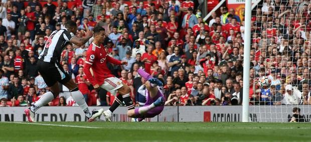 Ảnh cận cảnh Ronaldo ghi bàn ngay ở trận ra mắt MU - Ảnh 2.