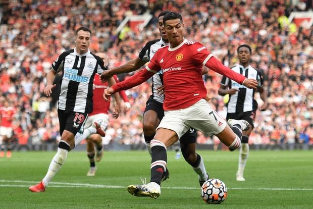 Ảnh cận cảnh: Ronaldo di chuyển khôn khéo, sút qua háng thủ môn ghi bàn thứ hai cho MU - Ảnh 2.