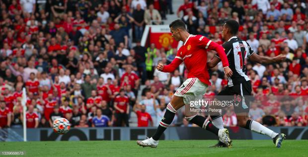 Ảnh cận cảnh: Ronaldo di chuyển khôn khéo, sút qua háng thủ môn ghi bàn thứ hai cho MU - Ảnh 3.