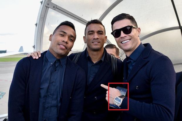 Ronaldo vô tình để lộ mật khẩu điện thoại khi bước xuống xe buýt vào sân - Ảnh 4.