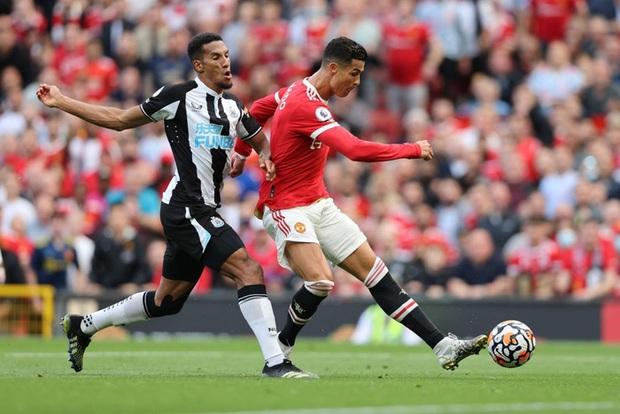 Ảnh cận cảnh: Ronaldo di chuyển khôn khéo, sút qua háng thủ môn ghi bàn thứ hai cho MU - Ảnh 4.
