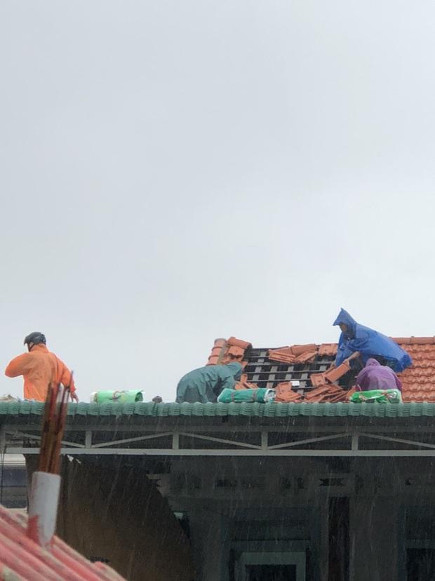 Bão số 5 chưa đổ bộ, nhiều nhà ở Thừa Thiên - Huế đã tốc mái - Ảnh 4.