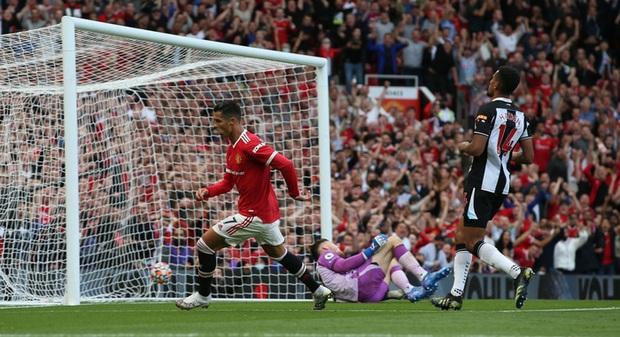 Ảnh cận cảnh: Ronaldo di chuyển khôn khéo, sút qua háng thủ môn ghi bàn thứ hai cho MU - Ảnh 6.