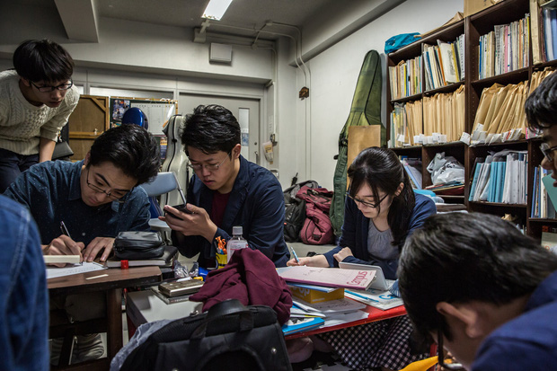 Góc khuất ẩn sau danh tiếng nền giáo dục tốt nhất thế giới của Nhật Bản: Tiến sĩ cũng đói việc, nghèo thu nhập - Ảnh 2.