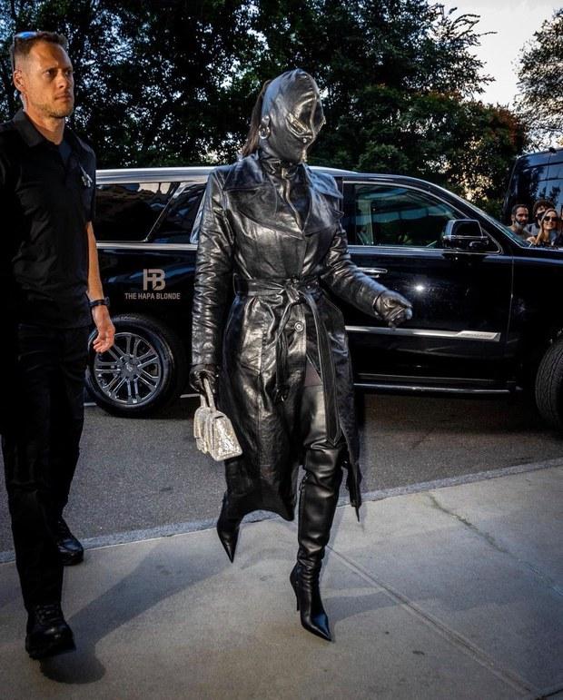 Kim Kardashian ra đường với khuôn mặt che kín mít, cô đang tập giữ thăng bằng hay cố trốn tránh sự đời tàn khốc? - Ảnh 2.
