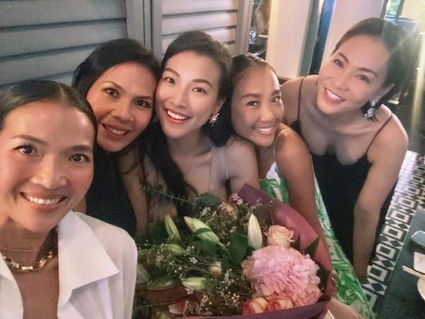 Dàn mẹ bỉm hot đọ sắc ở Singapore: Hoàng Oanh khoe dáng gợi cảm hậu ồn ào, Thu Minh - Đoan Trang bất phân thắng bại - Ảnh 4.