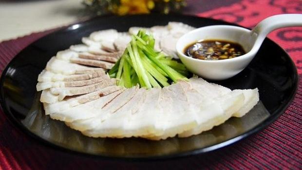 Trước khi nấu ăn, nhiều người đem chần thịt lợn qua nước nóng để loại bỏ chất bẩn: Chuyên gia nói sai lầm tai hại - Ảnh 4.