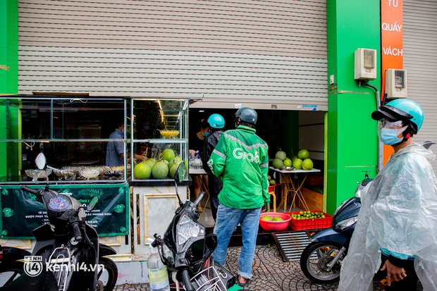 Sài Gòn cho hàng ăn uống mở bán đem về: Chị bán chè sướng run vì bán được 200 ly/ ngày, Như Lan hốt bạc nhờ bán bánh Trung thu - Ảnh 7.