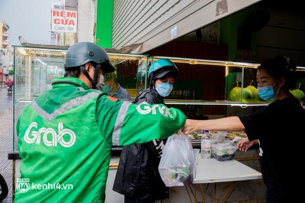 Sài Gòn cho hàng ăn uống mở bán đem về: Chị bán chè sướng run vì bán được 200 ly/ ngày, Như Lan hốt bạc nhờ bán bánh Trung thu - Ảnh 8.