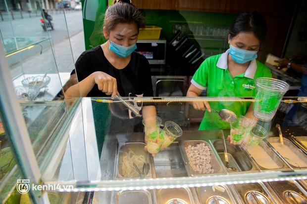 Sài Gòn cho hàng ăn uống mở bán đem về: Chị bán chè sướng run vì bán được 200 ly/ ngày, Như Lan hốt bạc nhờ bán bánh Trung thu - Ảnh 9.