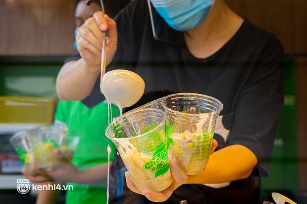 Sài Gòn cho hàng ăn uống mở bán đem về: Chị bán chè sướng run vì bán được 200 ly/ ngày, Như Lan hốt bạc nhờ bán bánh Trung thu - Ảnh 10.
