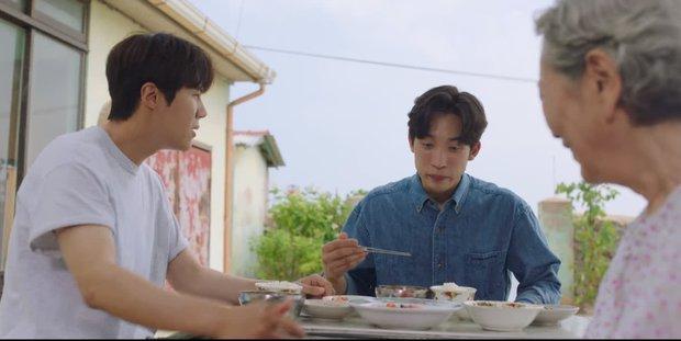 Vừa bị Shin Min Ah cạch mặt, Kim Seon Ho đã lộ bí mật có vợ con ở Hometown Cha-Cha-Cha tập 6? - Ảnh 2.