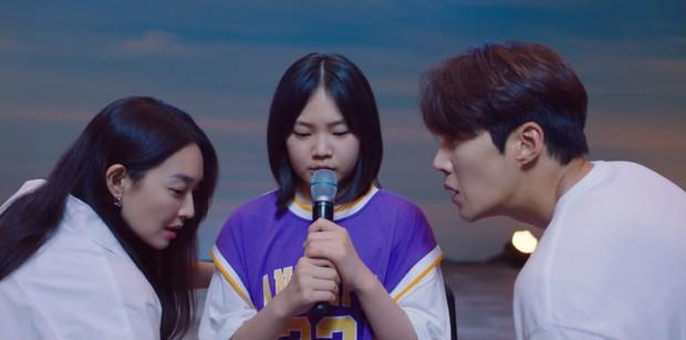 Vừa bị Shin Min Ah cạch mặt, Kim Seon Ho đã lộ bí mật có vợ con ở Hometown Cha-Cha-Cha tập 6? - Ảnh 5.