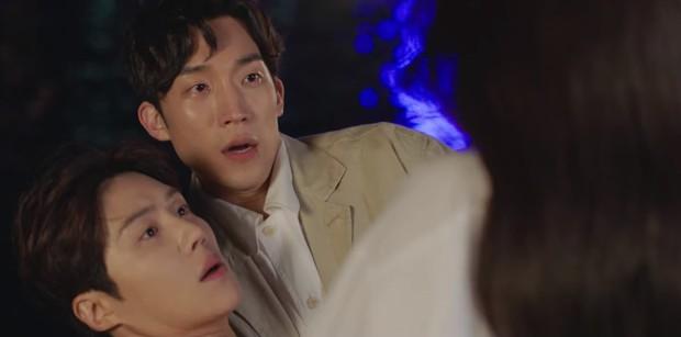 Vừa bị Shin Min Ah cạch mặt, Kim Seon Ho đã lộ bí mật có vợ con ở Hometown Cha-Cha-Cha tập 6? - Ảnh 7.