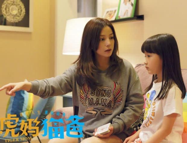 Con gái Triệu Vy dậy thì ngoạn mục sau 7 năm: Diễn xuất từng làm bùng nổ tranh cãi, nhan sắc thế nào mà bị cấm dao kéo? - Ảnh 8.