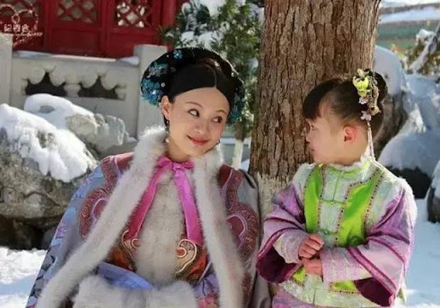 Con gái Triệu Vy dậy thì ngoạn mục sau 7 năm: Diễn xuất từng làm bùng nổ tranh cãi, nhan sắc thế nào mà bị cấm dao kéo? - Ảnh 2.