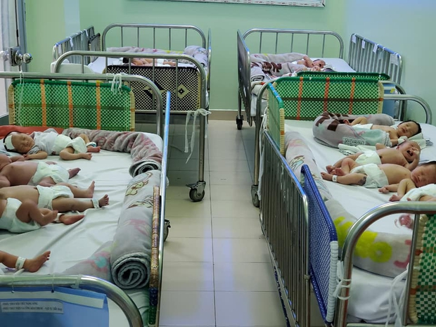 Xót xa hình ảnh hàng trăm trẻ sơ sinh ở Bệnh viện Hùng Vương có bố mẹ là F0: Khóc thét cả ngày, không có người thân chăm sóc - Ảnh 1.