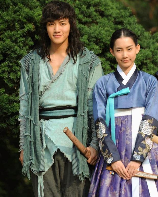 Nàng Đông Shin Hyun Bin của Hospital Playlist: Tắc kè hoa ẩn mình của điện ảnh Hàn, style ngoài đời đẹp mê mẩn khác hẳn trên phim! - Ảnh 9.