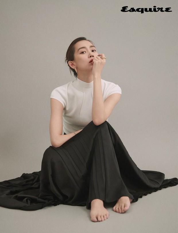 Nàng Đông Shin Hyun Bin của Hospital Playlist: Tắc kè hoa ẩn mình của điện ảnh Hàn, style ngoài đời đẹp mê mẩn khác hẳn trên phim! - Ảnh 13.