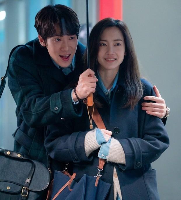 Nàng Đông Shin Hyun Bin của Hospital Playlist: Tắc kè hoa ẩn mình của điện ảnh Hàn, style ngoài đời đẹp mê mẩn khác hẳn trên phim! - Ảnh 18.
