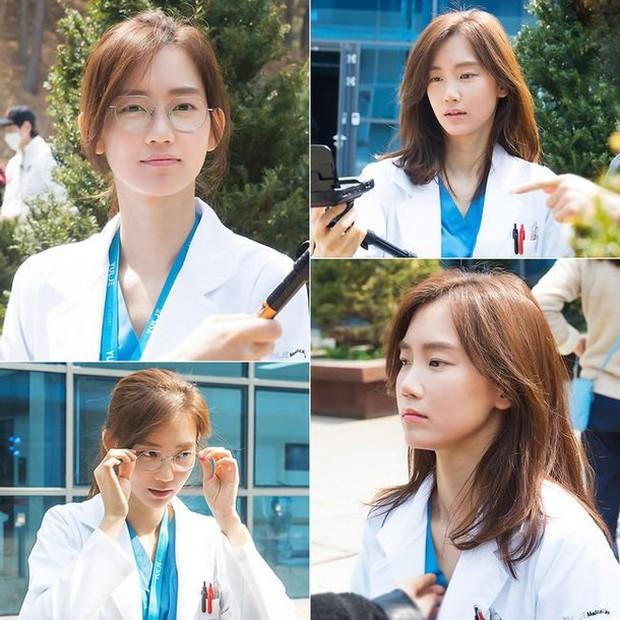 Nàng Đông Shin Hyun Bin của Hospital Playlist: Tắc kè hoa ẩn mình của điện ảnh Hàn, style ngoài đời đẹp mê mẩn khác hẳn trên phim! - Ảnh 23.