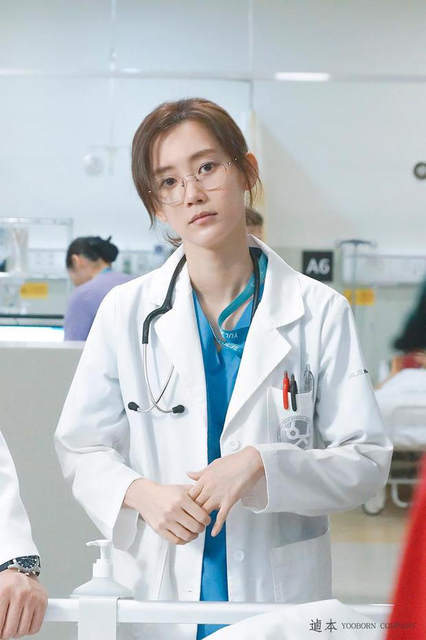 Nàng Đông Shin Hyun Bin của Hospital Playlist: Tắc kè hoa ẩn mình của điện ảnh Hàn, style ngoài đời đẹp mê mẩn khác hẳn trên phim! - Ảnh 20.