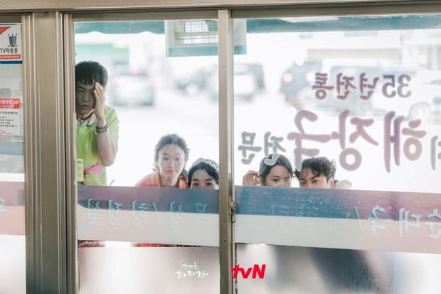 Shin Min Ah vừa chạm môi Kim Seon Ho, Hometown Cha-Cha-Cha đã lập kỷ lục rating - Ảnh 5.