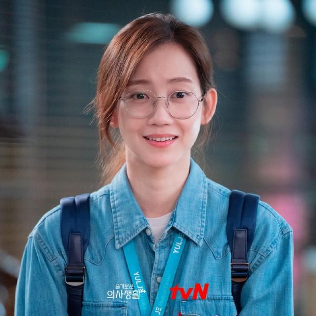 Nàng Đông Shin Hyun Bin của Hospital Playlist: Tắc kè hoa ẩn mình của điện ảnh Hàn, style ngoài đời đẹp mê mẩn khác hẳn trên phim! - Ảnh 21.